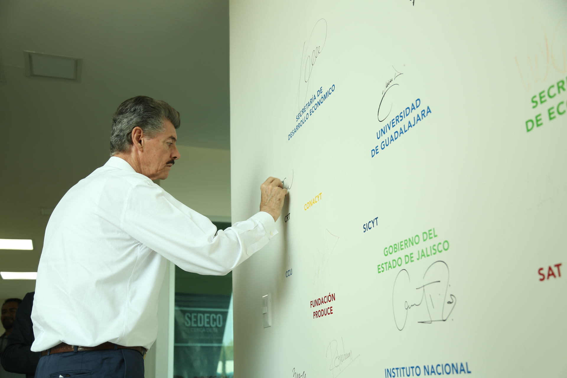 Firma del muro de Crece por parte del titular del CRT