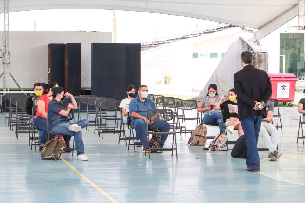 Estudiantes en velarias durante el regreso a las aulas en cuvalles